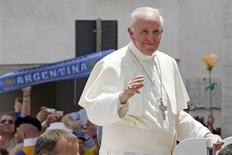 Pope Francis waves as he leaves after leading the weekly audience in Saint Peter's Square at the Vatican June 26, 2013. REUTERS/Giampiero Sposito