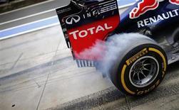 Pneu do carro de Mark Webber, piloto da equipe Red Bull, levanta fumaça devido à aceleração na saída do pit, durante sessão de treinos para o Grande Prêmio da Alemanha de Fórmula, no circuito de Nuerburgring. O primeiro treino para o GP de Alemanha, nesta sexta-feira, transcorreu sem sinal dos estouros de pneus que marcaram o GP da Grã-Bretanha. 5/07/2013. REUTERS/Kai Pfaffenbach