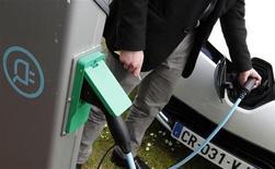 Renault et son partenaire japonais Nissan avaient vendu à la fin juin 100.000 véhicules électriques, a annoncé Carlos Ghosn, président des deux constructeurs. /Photo prise le 28 mai 2013/REUTERS/Régis Duvignau