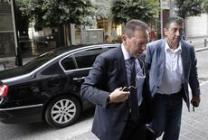 Le ministre grec des Finances, Yannis Stournaras (à gauche), à Athènes. Un accord devrait intervenir lundi entre la Grèce et ses créanciers internationaux grâce aux progrès enregistrés dans les négociations avec la troïka avant une réunion de l'Eurogroupe consacrée au déblocage d'une nouvelle tranche d'aide, a dit le chef de la délégation du FMI en Grèce, dimanche. /Photo prise le 7 juillet 2013/REUTERS/John Kolesidis