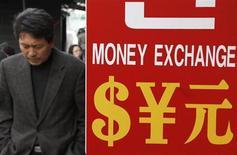 Мужчина проходит мимо пункта обмена валют в Сеуле 4 марта 2009 года. Доллар США поднялся до трехлетнего максимума к корзине мировых валют, так как хорошие данные о занятости в США усилили ожидания сокращения стимулов ФРС. REUTERS/Lee Jae-Won