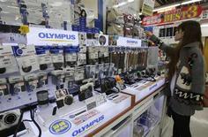 Selon le quotidien financier Nikkei, Olympus envisage d'émettre pour 100 milliards de yens (772 millions d'euros) d'actions dans le cadre de sa première augmentation de capital depuis 32 ans. /Photo d'archives/REUTERS/Yuriko Nakao
