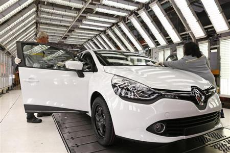 An employee inspects a Renault Clio 3 on the production line at the Renault automobile factory in Flins May 28, 2013. REUTERS/Benoit Tessier