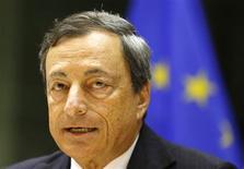 """Un relèvement des taux d'intérêt de la Banque centrale européenne n'est pas justifié actuellement et risquerait de déstabiliser l'économie, a estimé lundi le président de la BCE Mario Draghi, redisant que les taux resteraient bas pour """"une période prolongée"""". /Photo prise le 8 juillet 2013/REUTERS/Yves Herman"""