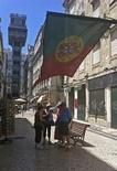 Dans une rue de Lisbonne. Les investisseurs sont de plus en plus nombreux à penser que le Portugal risque de devoir à l'avenir restructurer sa dette, la crise politique que vient de traverser le pays mettant en exergue sa difficulté à retourner sur les marchés du financement. /Photo prise le 3 juillet 2013/REUTERS/Jose Manuel Ribeiro