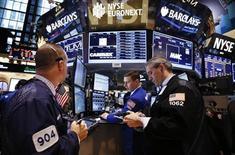 Трейдеры на торгах Нью-Йоркской фондовой биржи 20 мая 2013 года. Американские акции выросли в понедельник накануне открытия сезона квартальной отчетности и после публикации сильных показателей занятости. REUTERS/Mike Segar