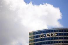 L'action EDF s'envole de près de 9% à la Bourse de Paris mardi matin, portée par la perspective d'une augmentation des tarifs de l'électricité pour les ménages de 5% le 1er août 2013 et de 5% le 1er août 2014. Vers 10h50, EDF s'envole de 8,98% à 19,35 euros tandis que le CAC 40 progresse de 0,67%. /Photo d'archives/REUTERS/Charles Platiau