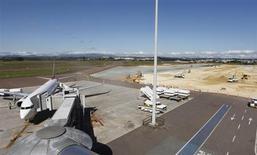 Operários trabalham na expansão do aeroporto Afonso Pena, em Curitiba. A Secretaria de Aviação Civil (SAC) definiu o plano de outorgas que estabelece diretrizes e modelos para a exploração de aeroportos, como forma de estimular o uso do transporte aéreo e o desenvolvimento da aviação civil no país. 5/03/2012. REUTERS/Rodolfo Buhrer