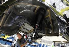 Une Mercedes-Benz classe S dans une usine à Sindelfingen, près de Stuttgart. La Commission européenne a prévenu l'Allemagne qu'elle était exposée à une procédure tenant au refus de Daimler de retirer le R134a, un réfrigérant qui viole une nouvelle directive européenne sur les émissions de gaz à effet de serre. La France a pris la décision de surseoir à l'homologation de certains modèles de Mercedes. /Photo prise le 12 juin 2013/REUTERS/Michaela Rehle