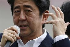 Japan's Prime Minister Shinzo Abe, who is also leader of the ruling Liberal Democratic Party, speaks to voters during a campaign for the July 21 Upper house election in Tokyo July 4, 2013. REUTERS/Toru Hanai