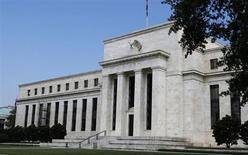 Les bâtiments de la Réserve fédérale américaine, à Washington. Les membres du comité de politique monétaire de la Réserve fédérale sont nombreux à estimer que l'économie américaine devra créer plus d'emplois avant que le rythme des rachats d'actifs commence à diminuer, montre le compte-rendu de leur dernière réunion des 18 et 19 juin. /Photo prise le 10 juillet 2013/REUTERS/Larry Downing