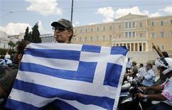 Manifestation de policiers municipaux dans le centre d'Athènes. Des agents de police aux éboueurs, les employés municipaux grecs sont descendus jeudi dans les rues d'Athènes pour le quatrième jour d'affilée, pour protester contre les suppressions de postes prévues dans la fonction publique, alors que le chômage atteint des niveaux record. /Photo prise le 11 juillet 2013/REUTERS/Yannis Behrakis