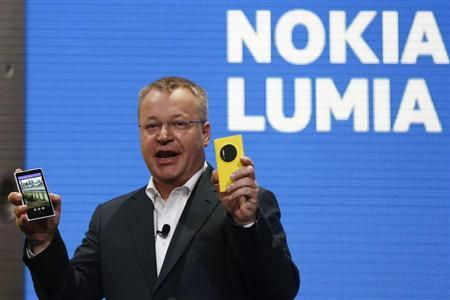 Nokia Chief Executive Stephen Elop unveils Nokia's new smartphone with a 41-megapixel camera, the Lumia 1020, in New York July 11, 2013. REUTERS/Shannon Stapleton