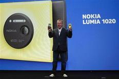 Stephen Elop, le directeur général de Nokia, a dévoilé jeudi à New York un nouveau smartphone, le Lumia 1020, équipé d'un appareil photo à la densité record de 41 millions de pixels, afin de regagner le terrain perdu sur Samsung Electronics et Apple dans la téléphonie mobile. /Photo prise le 11 juillet 2013/REUTERS/Shannon Stapleton