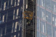 Six militantes de l'ONG écologiste Greenpeace ont commencé jeudi à escalader à Londres l'immeuble le plus haut d'Europe Occidentale (310 mètres) pour dénoncer les projets de forage du pétrolier Royal Dutch Shell dans l'océan Arctique. /Photo prise le 11 juillet 2013/REUTERS/Neil Hall