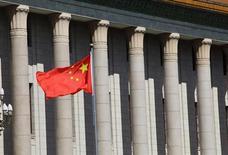 La croissance chinoise a probablement décéléré encore au deuxième trimestre, mettant à l'épreuve la détermination du nouveau pouvoir à transformer en profondeur l'économie. La statistique, publiée le 15 juillet à 02h00 GMT, devrait faire ressortir une croissance de 7,5% du produit intérieur brut (PIB) en avril-juin par rapport à la même période de 2012, selon l'estimation moyenne de 21 économistes interrogés par Reuters. /Photo prise le 5 juillet 2013/REUTERS/Jason Lee