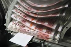 Le gouverneur de la Banque de France, Christian Noyer, a proposé vendredi de baisser à 1,25%, contre 1,75% aujourd'hui, le taux du livret A et du livret de développement durable à compter du 1er août pour tenir compte du ralentissement de l'inflation. /Photo d'archives/REUTERS/Thierry Roge