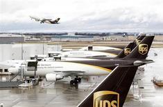 United Parcel Service (UPS) a abaissé sa prévision de bénéfice pour l'ensemble de 2013 après un deuxième trimestre inférieur aux attentes et pénalisé par les surcapacités du marché du fret aérien et le ralentissement de l'activité industrielle aux Etats-Unis. /Photo d'archives/REUTERS/John Sommers II