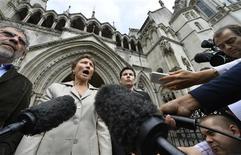 Мария Литвиненко, вдова бывшего сотрудника российских спецслужб Александра Литвиненко, отравленного в Лондоне, разговаривает с прессой на выходе из Высокого суда в Лондоне 12 июля 2013 года. Правительство Великобритании отклонило запрос о публичном расследовании, которое могло бы пролить свет на то, причастна ли Москва к убийству. Вдова офицера обещала бороться за отмену этого решения. REUTERS/Toby Melville