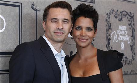 Actress Halle Berry and her partner Olivier Martinez pose at Variety's 4th Annual Power of Women event in Beverly Hills, California in this October 5, 2012 file photo. REUTERS/Mario Anzuoni/Files