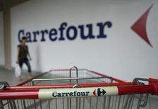 """Carrefour signe la plus forte hausse du CAC 40 (+1,5%) vers 12h55, Barclays, qui a relevé son conseil sur le titre de """"pondération en ligne"""" à """"surpondérer"""", estimant que le point d'entrée est intéressant sur la valeur après sa récente pause. A la même heure, l'indice parisien avançait de 0,29% à 3.866,31 points. /Photo d'archives/REUTERS/Bazuki Muhammad"""