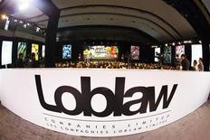 Loblaw, numéro un canadien de la distribution alimentaire, va racheter la chaîne de pharmacies Shoppers Drug Mart pour 12,4 milliards de dollars canadiens (9,1 milliards d'euros) afin de se renforcer face à une concurrence de plus en plus féroce des américains Target et Wal-Mart. /Photo prise le 2 mai 2013/REUTERS/Mark Blinch