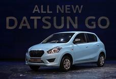 Nissan a dévoilé lundi à New Delhi la Datsun Go, premier modèle de la marque Datsun relancée, qui sera vendue moins de 400.000 roupies en Inde (6.700 dollars ou 5.100 euros). /Photo prise le 15 juillet 2013/REUTERS/Adnan Abidi