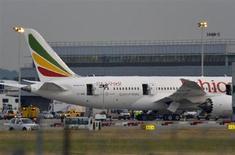 Boeing a regagné jusqu'à 3% à Wall Street lundi en début de séance alors que les premiers éléments de l'enquête sur l'incendie d'un 787 Dreamliner d'Ethiopian Airlines, vendredi à l'aéroport de Londres-Heathrow, semblent mettre hors de cause les batteries au lithium. La nouvelle de l'incident avait fait chuter le titre de 4,7% vendredi, soit une perte de capitalisation boursière de 3,8 milliards de dollars (2,9 milliards d'euros). /Photo prise le 12 juillet 2013/REUTERS/Toby Melville