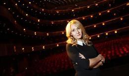 """Autora J.K. Rowling posa para foto durante divulgação de seu romance """"Morte Súbita"""", em Nova York. Um romance policial escrito sob pseudônimo por J.K. Rowling alcançou nesta segunda-feira o topo da lista dos livros mais vendidos no Reino Unido, depois de ser revelado que ela era a verdadeira autora, o que deixou em situação desconfortável alguns editores que haviam rejeitado a obra. 16/10/2012. REUTERS/Carlo Allegri"""