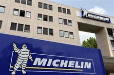 Michelin, qui a fait état d'une hausse de 2% du marché européen des pneumatiques de voitures et de camionnettes en juin, à suivre mardi à la Bourse de Paris. /Photo prise le 10 juillet 2013/REUTERS/Régis Duvignau