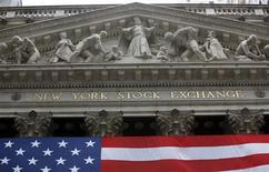 Wall Street a ouvert sans grande tendance mardi, après la parution par le département du Travail de chiffres mitigés sur les prix de détail en juin, qui témoignent d'une demande toujours timide aux Etats-Unis. Quelques minutes après le début des échanges, l'indice Dow Jones perd 0,05%, le Standard & Poor's 500 recule de 0,06% et le Nasdaq Composite prend 0,01%. /Photo d'archives/REUTERS/Chip East