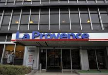 Le siège du quotiien 'La Provence' à Marseille. Les groupes Hersant Media (GHM) et Bernard Tapie (GBT) ont annoncé un projet de cessions croisées de parts dans les quotidiens régionaux du Sud-Est de la France, qui fera du second le propriétaire à 100% de La Provence. /Photo d'archives/REUTERS/Jean-Paul Pélissier