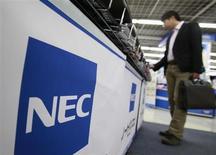 Le groupe japonais d'électronique NEC souhaite cesser de construire des combinés multimédias faute d'être parvenu à convaincre le chinois Lenovo de former une alliance avec lui, rapporte mardi le Nikkei. /Photo d'archives/REUTERS/Yuriko Nakao