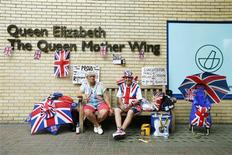 Royal fans sit outside St Mary's Hospital opposite the Lindo wing in anticipation of the birth of Catherine, Duchess of Cambridge's, first baby in central London, July 16, 2013. REUTERS/Andrew Winning