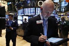 Traders au New York Stock Exchange, mardi. Les marchés d'actions américains ont terminé en baisse, les investisseurs prenant leurs bénéfices après huit séances de progression consécutives enregistrées par le S&P 500. Le Dow Jones a perdu 0,21%, le Standard & Poor's 500 0,37% et le Nasdaq 0,25%. /Photo prise le 16 juillet 2013/REUTERS/Brendan McDermid
