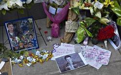 Fãs depositam flores, mensagens e objetos em homenagem ao ator Cory Monteith, encontrado morto no sábado, em frente ao Hotel Fairmont Pacific Rim, em Vancouver, no Canadá, nesta terça-feira. 16/07/2013 REUTERS/Andy Clark