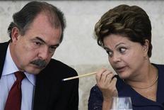 O ministro da Educação, Aloizio Mercadante, conversa com a presidente Dilma Rousseff durante evento em Brasília em março. 14/03/2013 REUTERS/Ueslei Marcelino