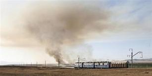 Грузовой поезд едет в Хакасии 5 марта 2008 года. Крупнейший в РФ железнодорожный контейнерный оператор Трансконтейнер снизил контейнерные перевозки во втором квартале на 3 процента до 359 тысяч TEU, сообщила компания в среду. REUTERS/Ilya Naymushin