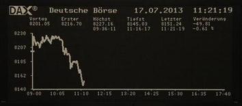 Электронное табло фондовой биржи во Франкфурте-на-Майне 17 июля 2013 года. Европейские акции, открывшие торги ростом, начали снижаться после публикации протокола совещания Банка Англии, показавшего, что его чиновники единогласно проголосовали против скупки облигаций. REUTERS/Remote/Stringer