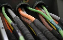 La Commission européenne annonce mercredi l'ouverture d'une enquête approfondie pour déterminer si le transfert d'infrastructures câblées à l'opérateur Numericable entre 2003 et 2006 a enfreint la réglementation sur les aides d'Etat. Quelque 33 municipalités ont transféré leurs réseaux à titre gracieux à Numericable, qui contrôle aujourd'hui 99,6% du marché. /Photo prise le 20 mars 2013/REUTERS/Mike Segar