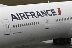 Vers 12h50, Air France-KLM (-5,99%) accuse la plus forte baisse du SBF 120 et du secteur européen des transports (+0,15%), des brokers soulignant les incertitudes entourant l'avenir de la compagnie aérienne. Au même moment, le CAC 40 perd 0,32% à 3.838,85 points. /Photo d'archives/REUTERS/Marcus R Donner