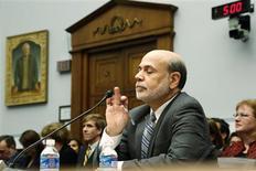 Le président de la Réserve fédérale américaine Ben Bernanke a déclaré mercredi prévoir de commencer à diminuer le rythme des rachats d'actifs de la Fed dans le courant de l'année, tout en se montrant flexible en fonction de l'évolution des perspectives économiques du pays. /Photo prise le 17 juillet 2013/REUTERS/James Lawler Duggan