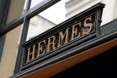 Hermès fait état d'une croissance de 16% à taux de change constants au deuxième trimestre, accélérant la cadence par rapport aux 12,8% du premier trimestre, et dépassant nettement les attentes des analystes (+13,5%). /Photo prise le 21 mars 2013/REUTERS/Philippe Wojazer