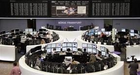 Les Bourses européennes ont débuté sur une note hésitante jeudi, dans un marché où l'attention est focalisée sur les résultats trimestriels, marqués notamment par les avertissements d'Intel mercredi et de SAP mardi. À Paris, le CAC 40 est stable (-0,07% autour de 3.869 points) vers 7h35 GMT. À Francfort, le Dax cède 0,44% et à Londres, le FTSE est stable (+0,01%). L'indice paneuropéen EuroStoxx 50 recule de 0,2%. /Photo d'archives/REUTERS/Remote/Marte Kiessling