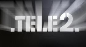 Логотип Tele2 в офисе продаж компании в Санкт-Петербурге 2 апреля 2013 года. Скандинавский телекоммуникационный оператор Tele2 сообщил о совпавшей с ожиданиями базовой прибыли за второй квартал, но снизил прогноз продаж для Казахстана на этот год. REUTERS/Alexander Demianchuk