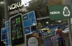 Nokia a vendu moins de combinés mobiles que prévu au deuxième trimestre et reste bien loin d'avoir refait son retard sur ses concurrents Apple et Samsung Electronics. Le groupe finlandais dit avoir livré 7,4 millions de Lumia, soit une hausse de 32% par rapport au 1er trimestre, mais les analystes anticipaient 8,1 millions. /Photo prise le 28 mars 2013/REUTERS/Mansi Thapliyal