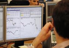 """Un trader à Paris. La France a émis jeudi 7,988 milliards de dette de maturité moyenne, soit dans le haut de son objectif maximum (8,0 mds), à de meilleures conditions que le mois dernier pour les titres (OAT) de référence à deux et à cinq ans malgré la perte de son dernier """"AAA"""" chez Fitch. /Photo d'archives/REUTERS/John Schults"""