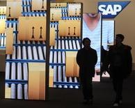 L'allemand SAP abaisse jeudi sa prévision de chiffre d'affaires tiré de ses activités dans le logiciel, invoquant les effets du ralentissement de la croissance économique en Chine et la transition de certains clients vers l'informatique dématérialisée. /Photo d'archives/REUTERS/Fabian Bimmer