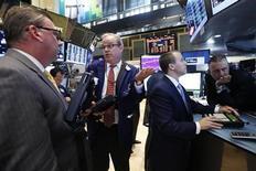 Трейдеры на торгах Нью-Йоркской фондовой биржи 17 июля 2013 года. Американские рынки акций открылись разнонаправленно. REUTERS/Brendan McDermid