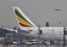 Les enquêteurs britanniques ont identifié les balises de détresse comme étant l'origine la plus probable du feu qui s'est déclenché vendredi dernier dans un Boeing Dreamliner d'Ethiopian Airlines garé à l'aéroport londonien d'Heathrow. /Photo prise le 12 juillet 2013/REUTERS/Toby Melville